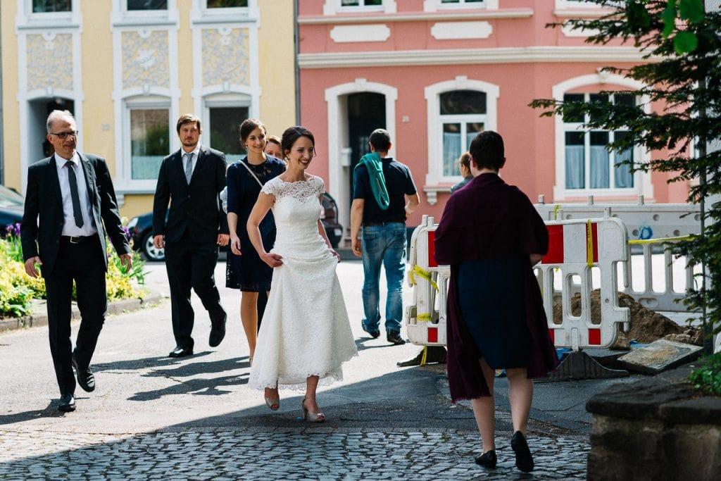 Die Braut trifft an der Kirche ein.