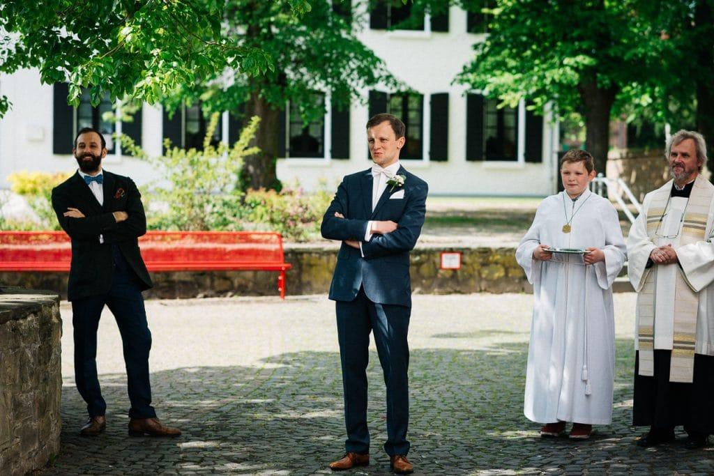 Der Bräutigam sieht die Braut.