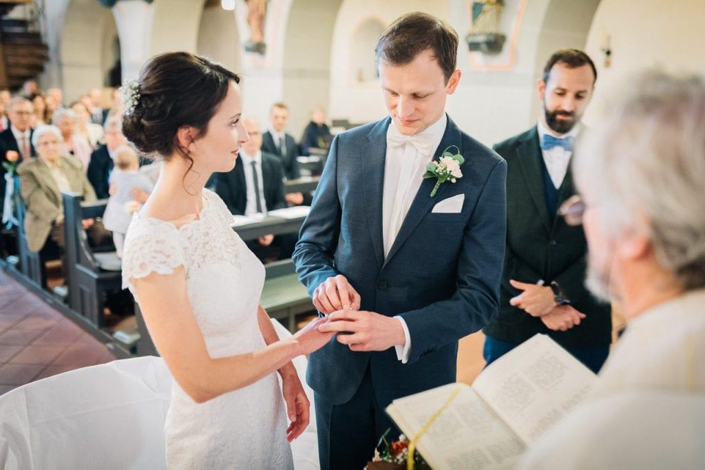 Das Brautpaar tauscht die Ringe.