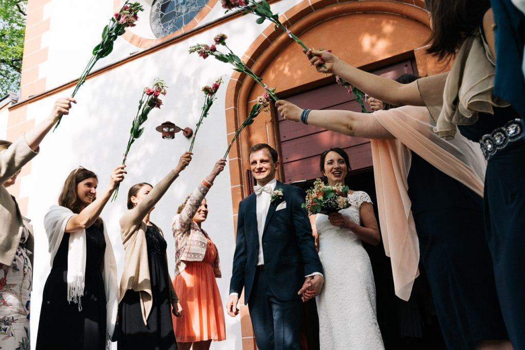 Die Hochzeitsgäste stehen Spalier.