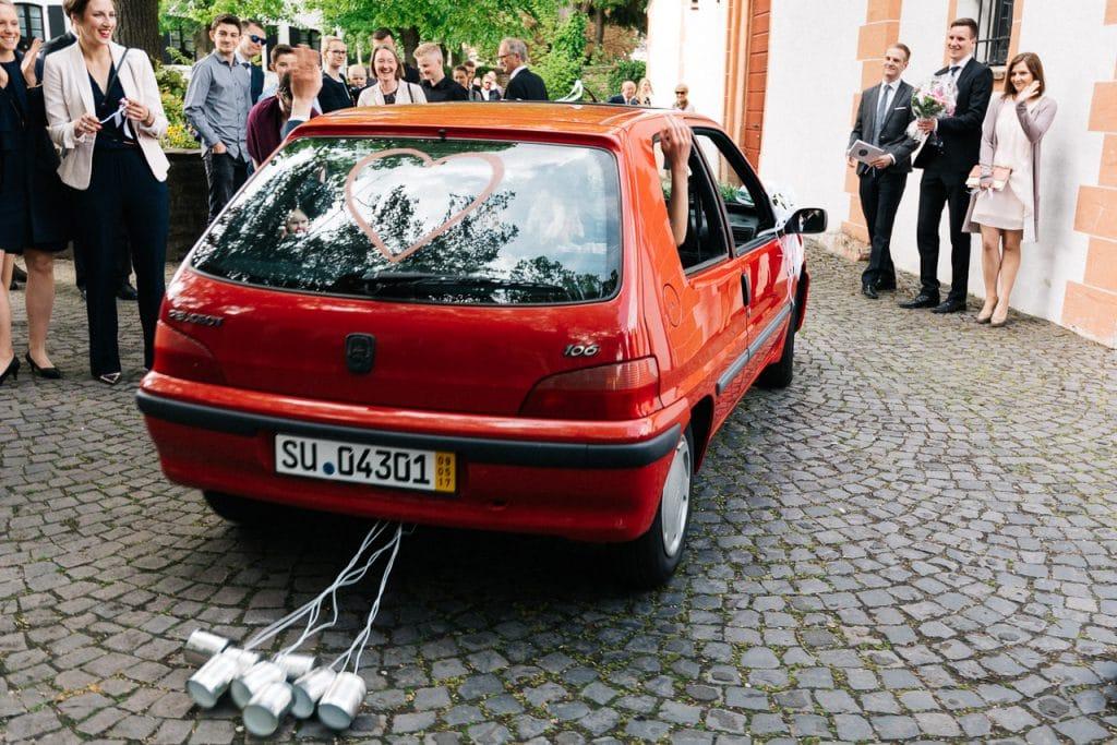 Das Hochzeitsauto vor der Kirche.