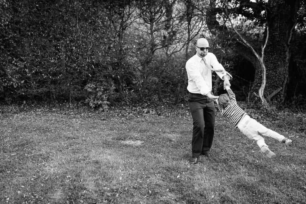 Ein Vater spielt mit seinem Kind.