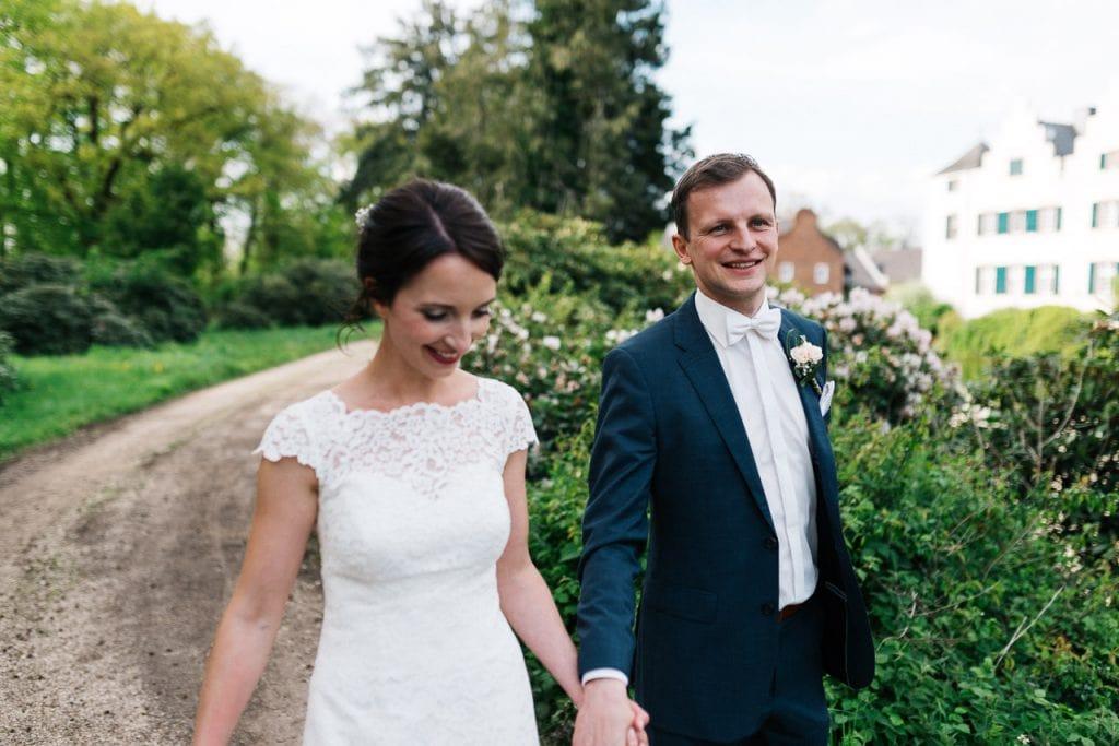 Das Brautpaar spaziert an der Burg Heimerzheim.