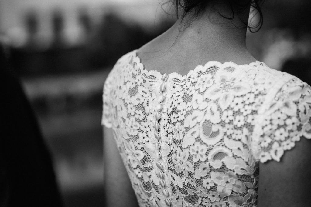 Detailaufnahme vom Hochzeitskleid.