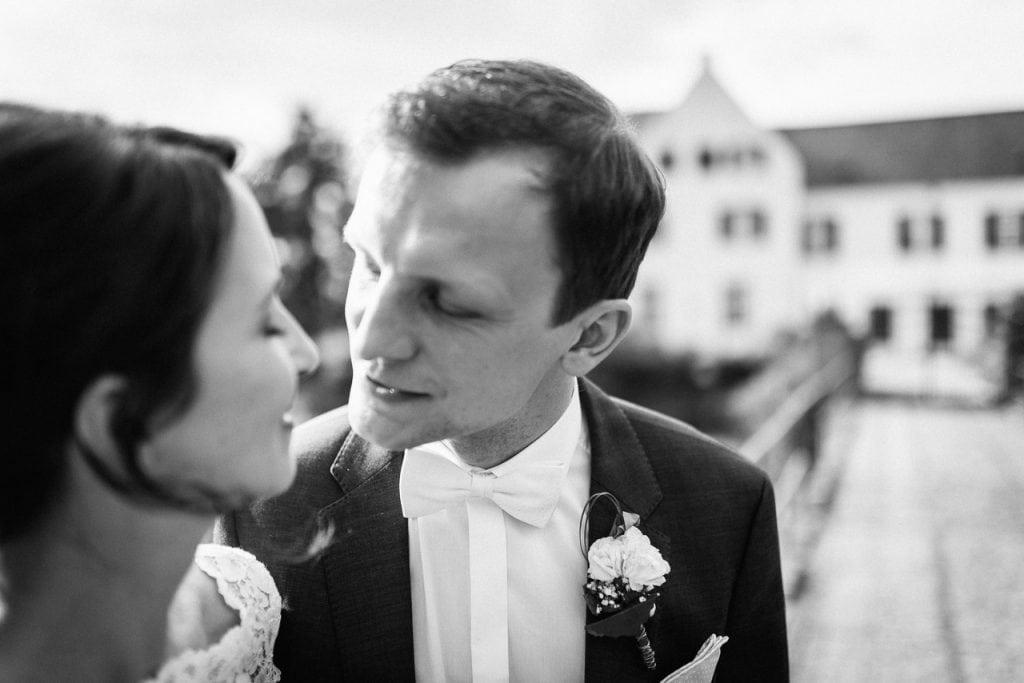 Das Brautpaar Küsst sich an der Burg Heimerzheim.