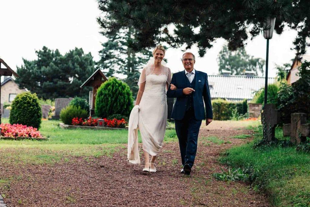 Der Brautvater führt die Braut.