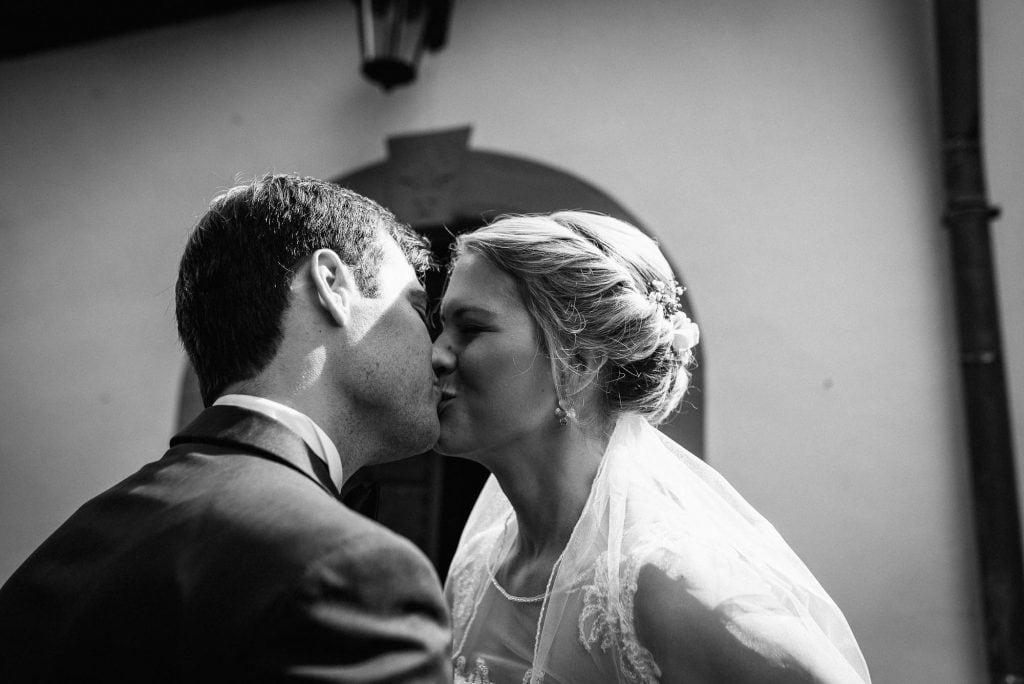 Braut und Bräutigam küssen sich.