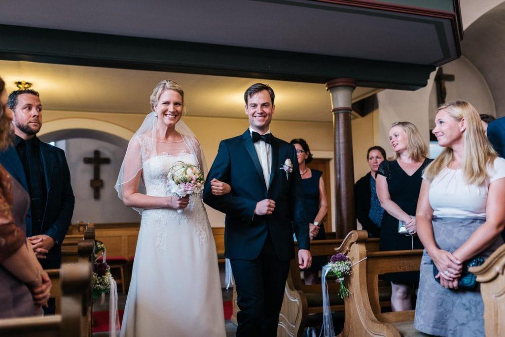Braut und Bräutigam kommen in die Kirche.
