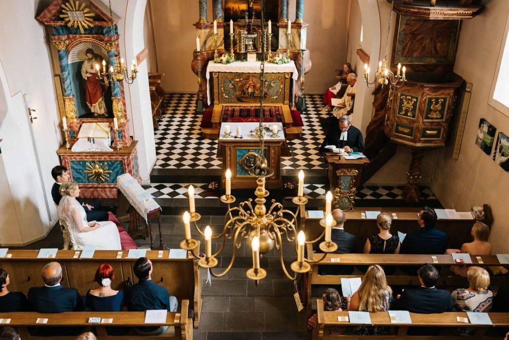 Blick von der Empore herab in die Kirche.