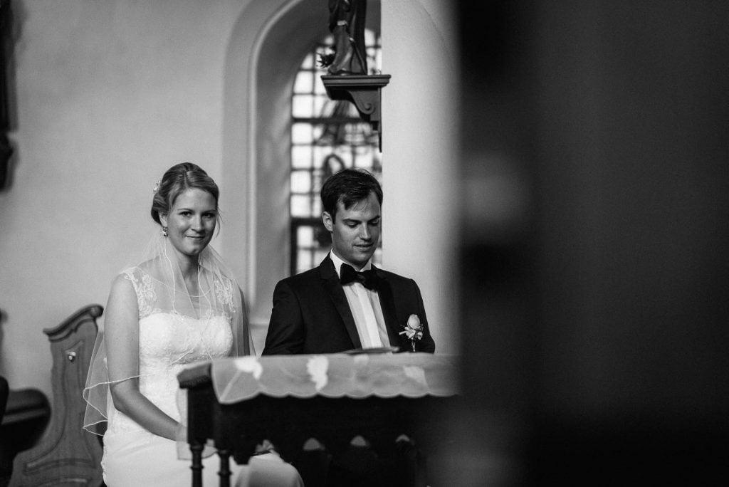 Braut und Bräutigam vor dem Altar.