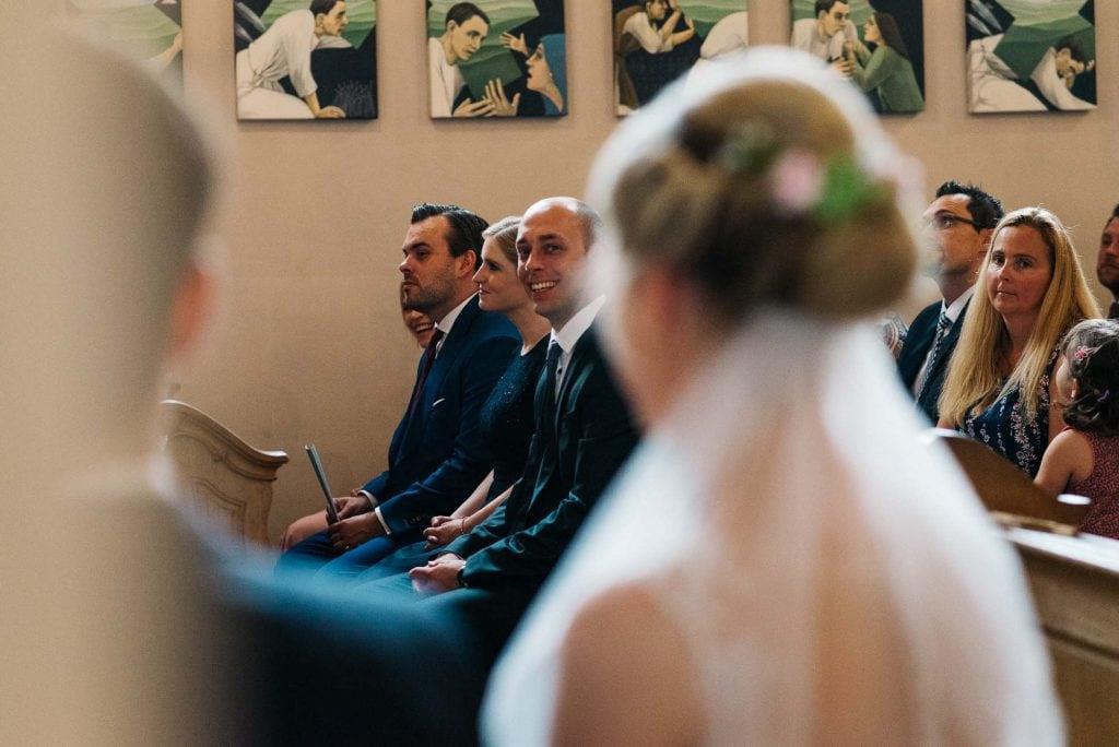 Blick über die Schultern des Brautpaars.