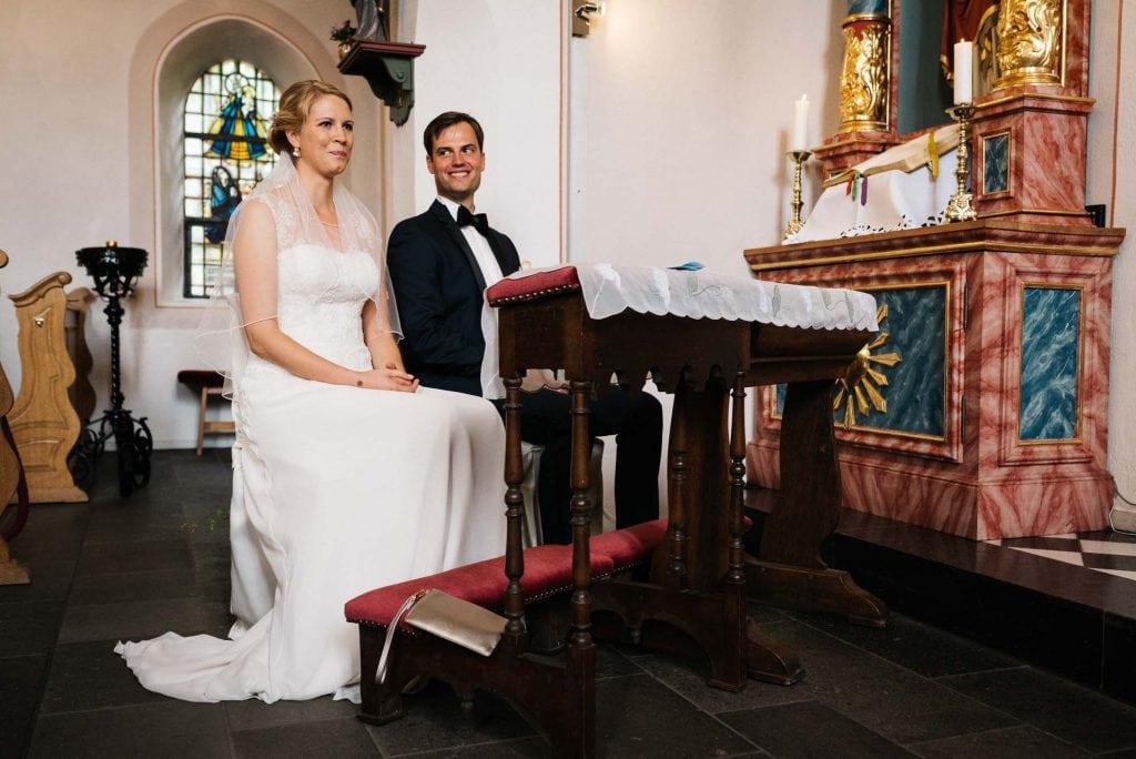 Der Bräutigam strahlt seine Braut an.