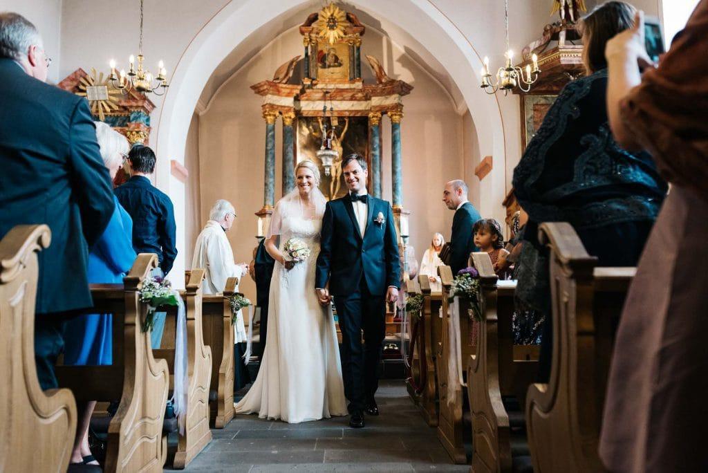 Das Brautpaar verlässt die Kirche.