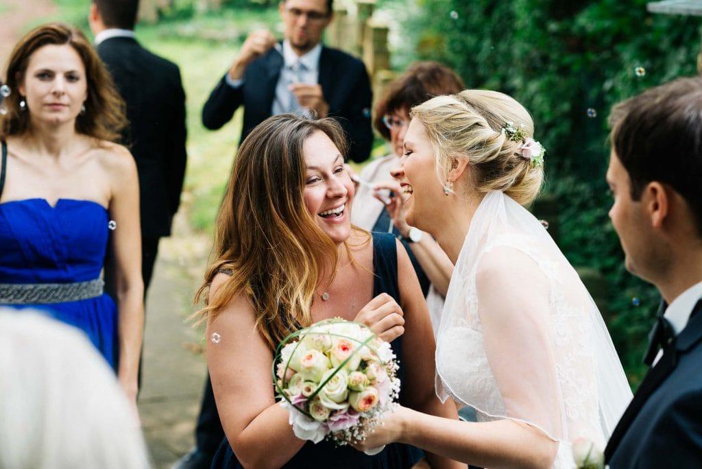 Eine Freundin der Braut.
