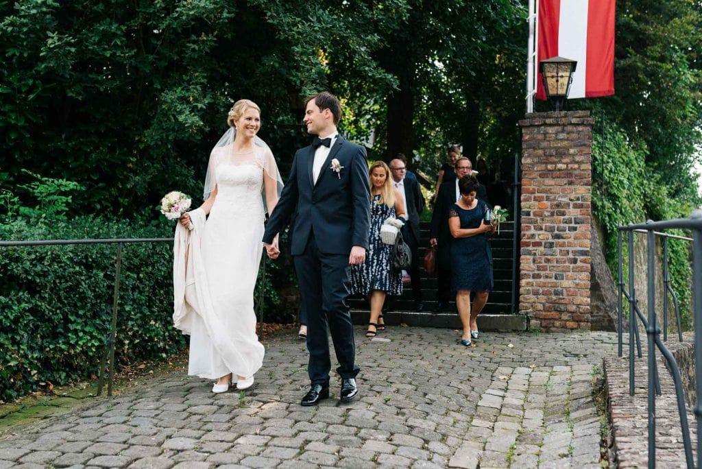 Das Brautpaar vor der Kirche.