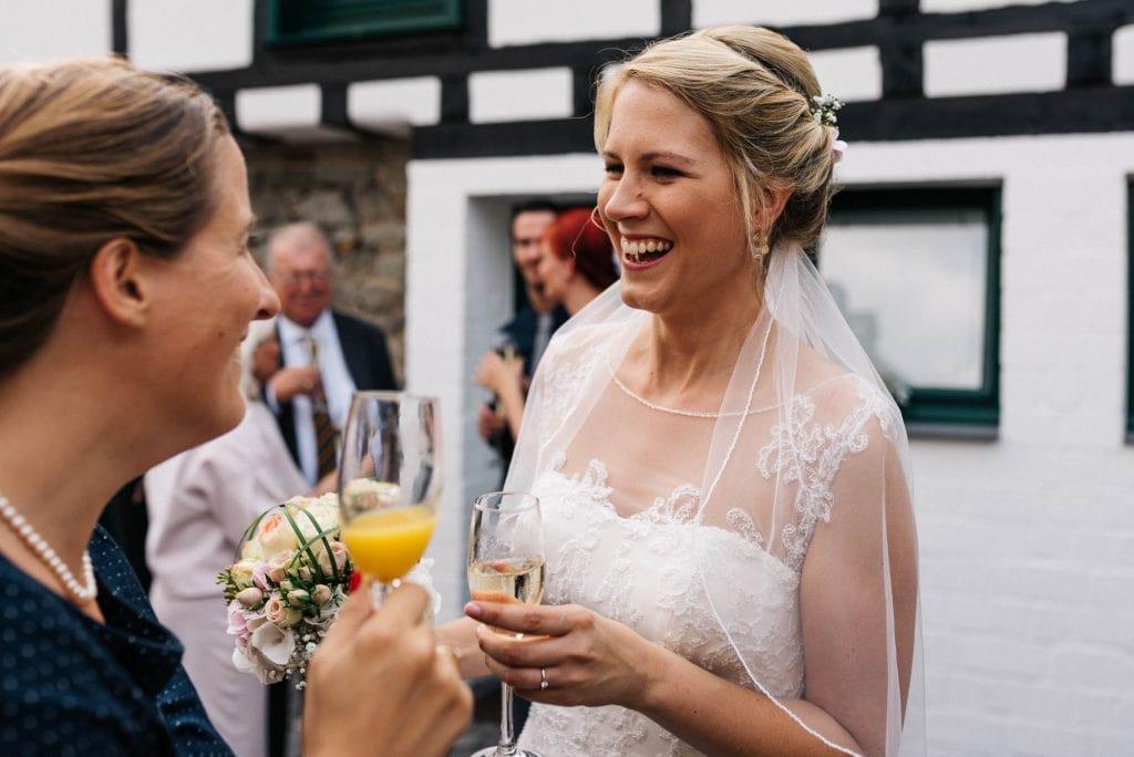 Eine fröhliche Braut.