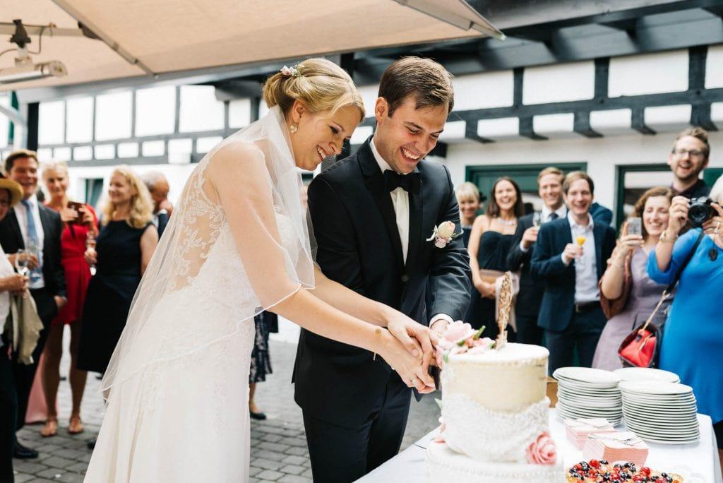 Das Brautpaar schneidet die Torte an.