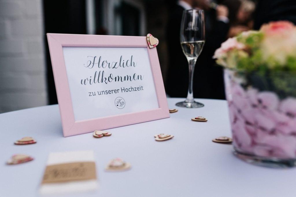 Ein Hinweisschild für die Hochzeitsgäste.