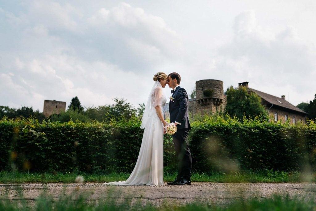 Braut und Bräutigam vor der Hardtburg.