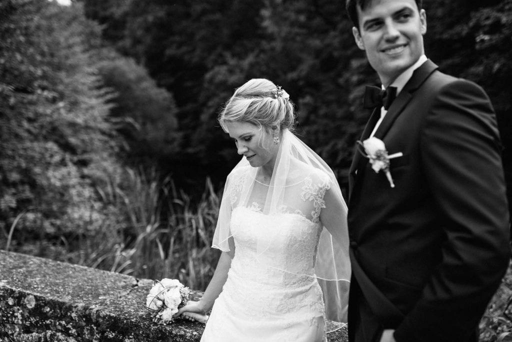 Das Brautpaar auf der Brücke zur Hardtburg.