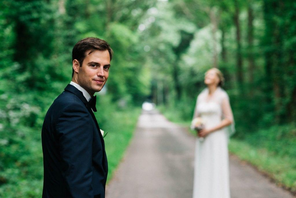 Das Brautpaar in einem Hohlweg.