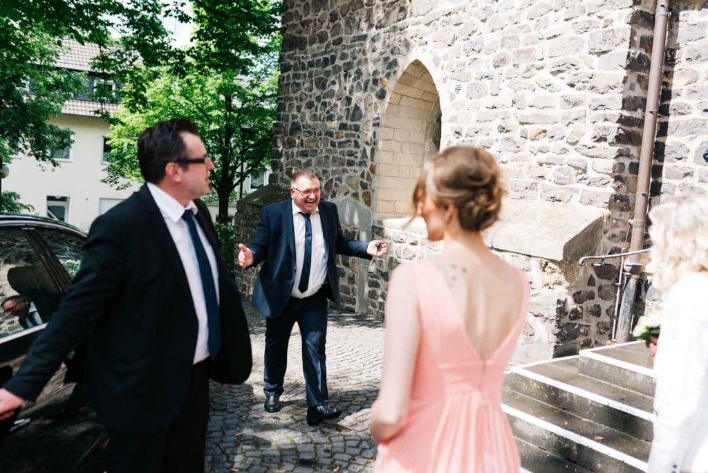 Sich freuende Hochzeitsgäste.