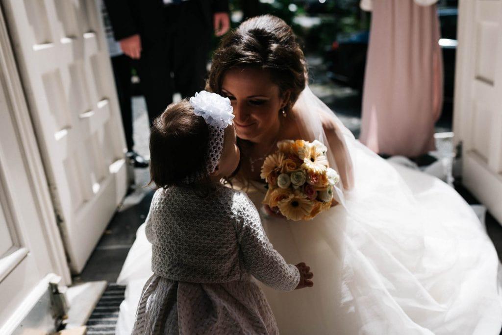 Die Braut trifft auf ihre Tochter.