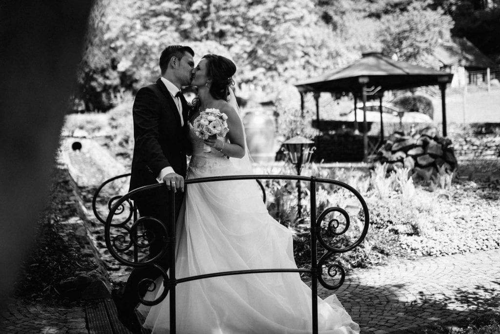 Braut und Bräutigam auf einer Brücke.