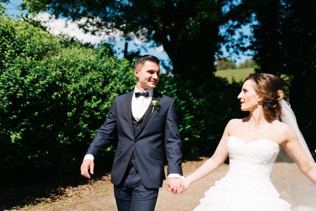 Das Brautpaar spaziert.