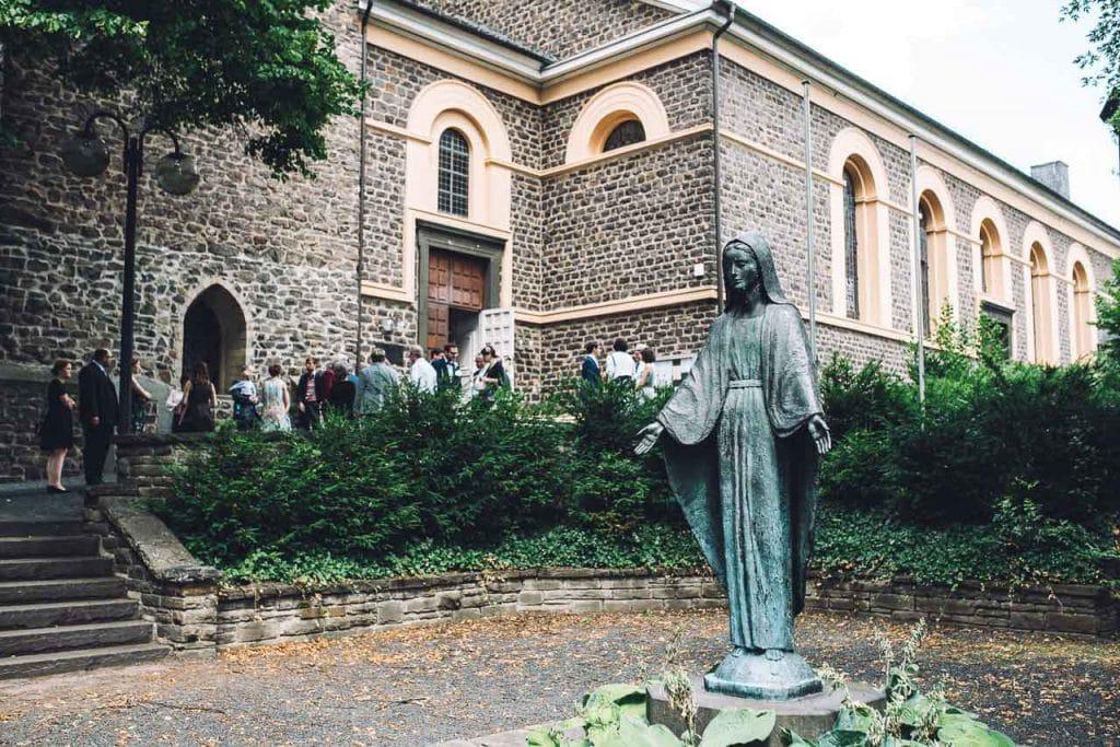 Hochzeitsgäste vor der Kirche St.Gallus.
