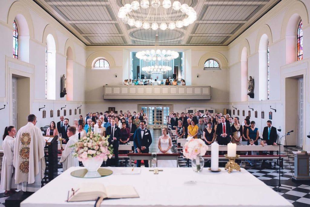 Blick vom Altarraum in die Kirche.