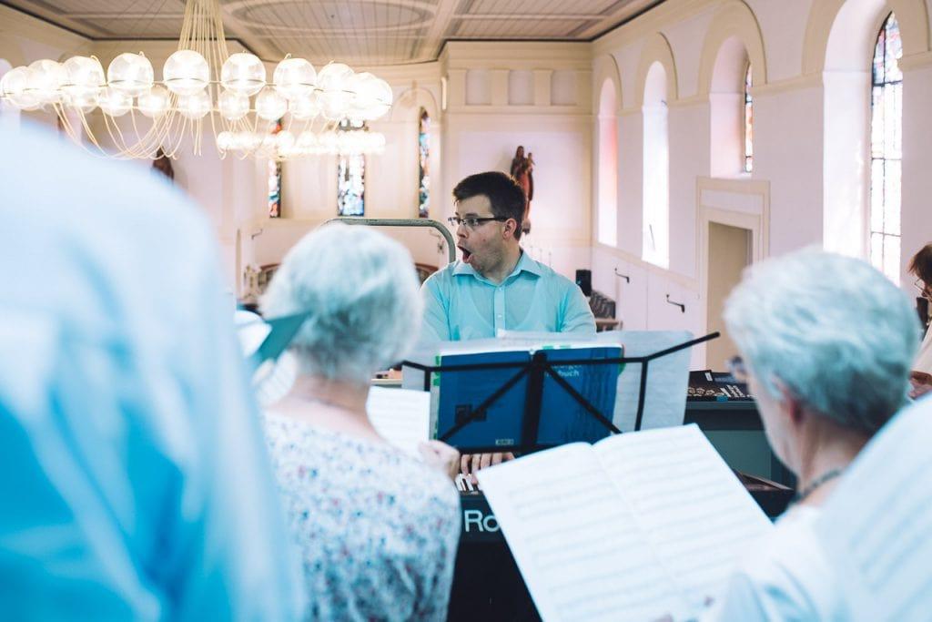 Der Organist singt mit dem Chor.