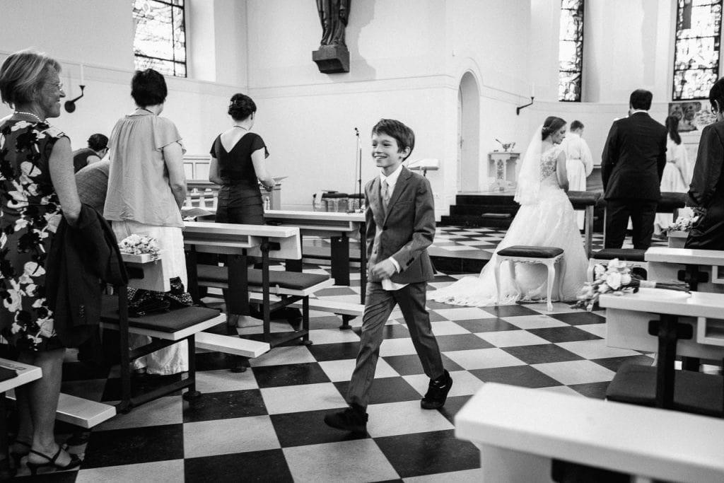 Ein Kind läuft in der Kirche herum.