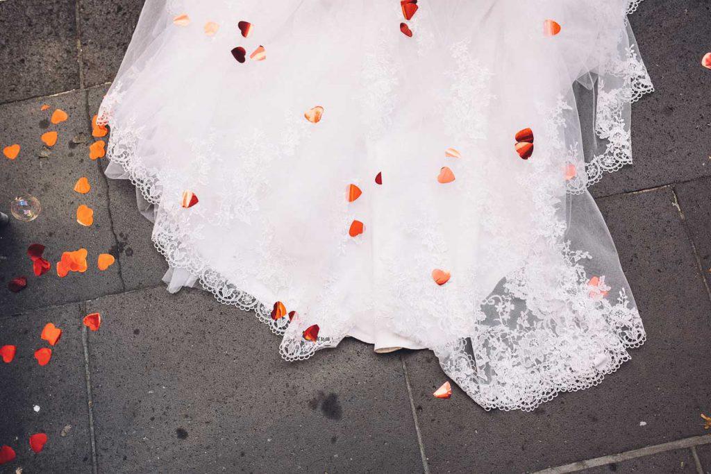 Herzchen Konfetti auf dem Brautkleid.