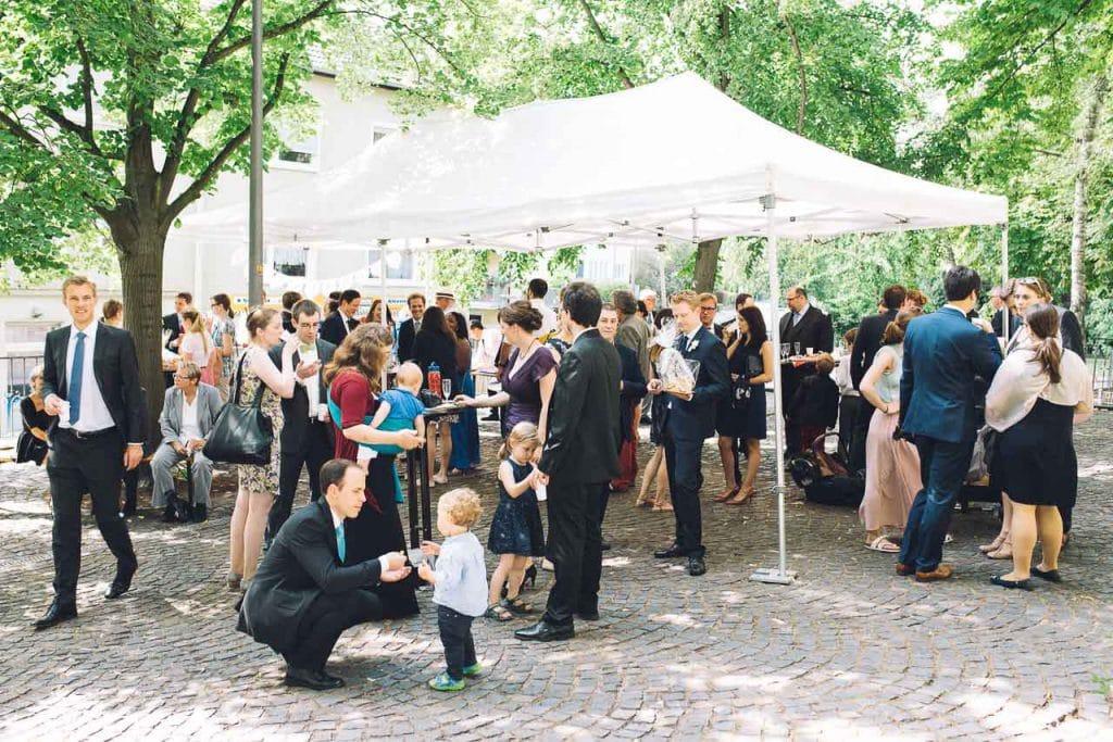 Hochzeitsgäste im Freien.