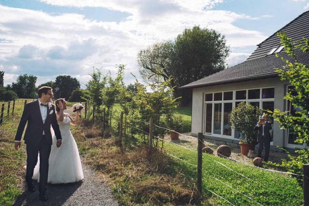 Das Brautpaar auf dem Weg zum Paarshooting.