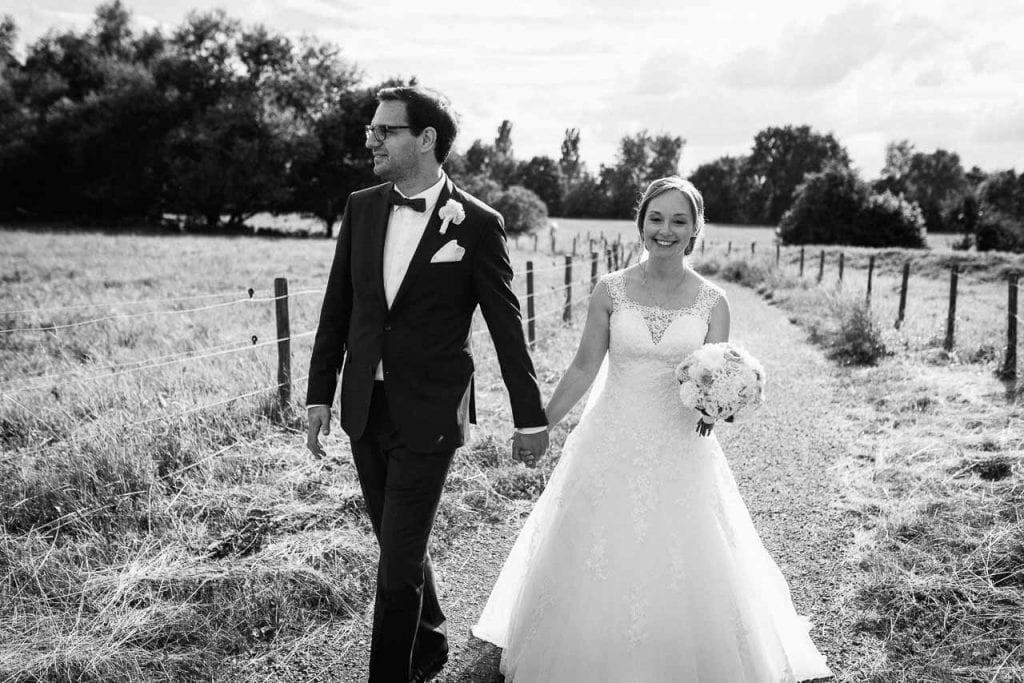 Brautpaar im Feld.