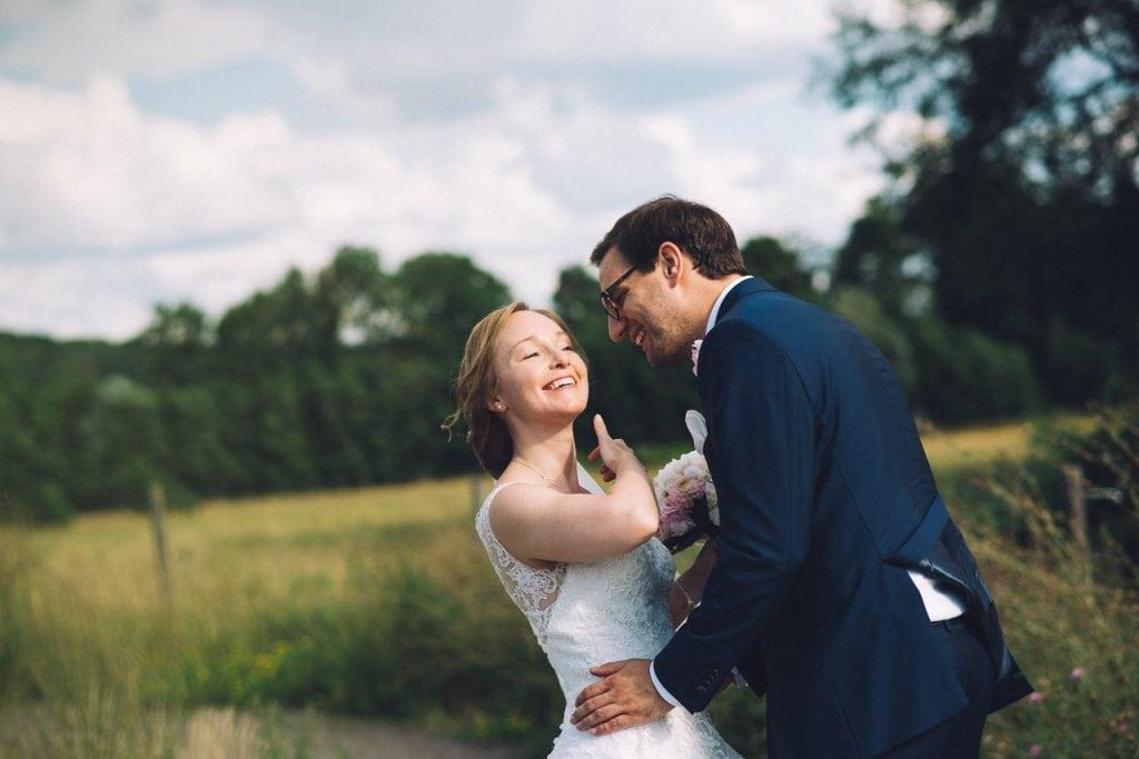 Das Brautpaar nimmt sich in den Arm.