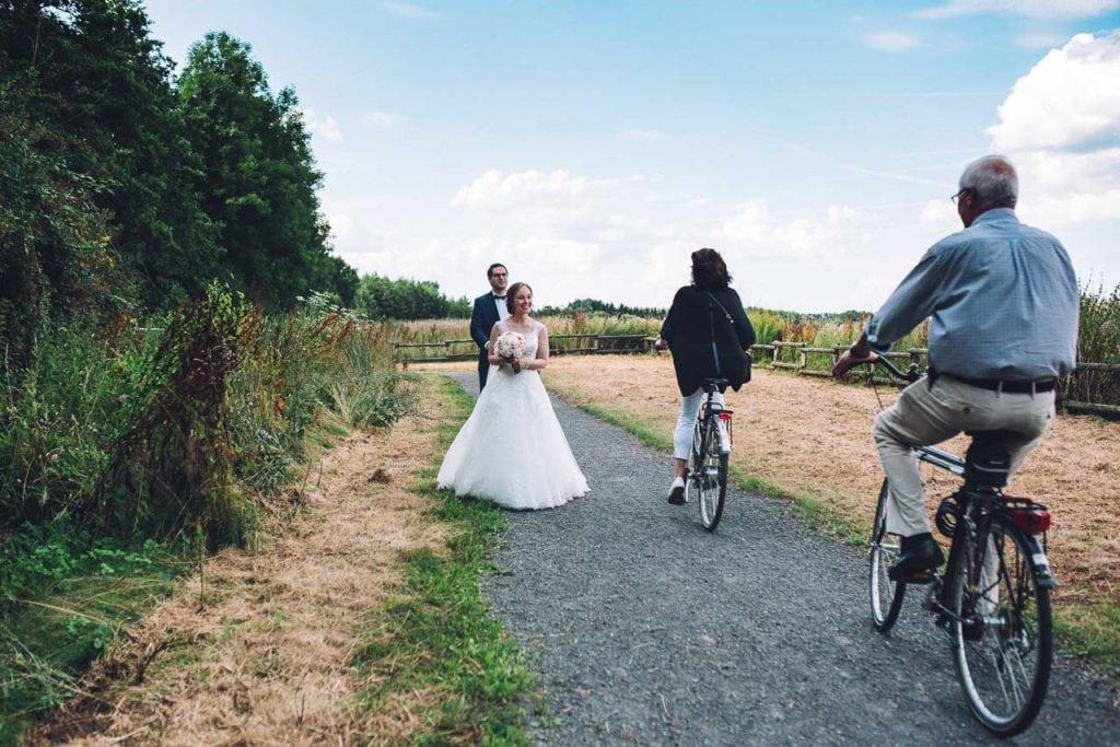 Radfahrer beglückwünschen das Brautpaar.