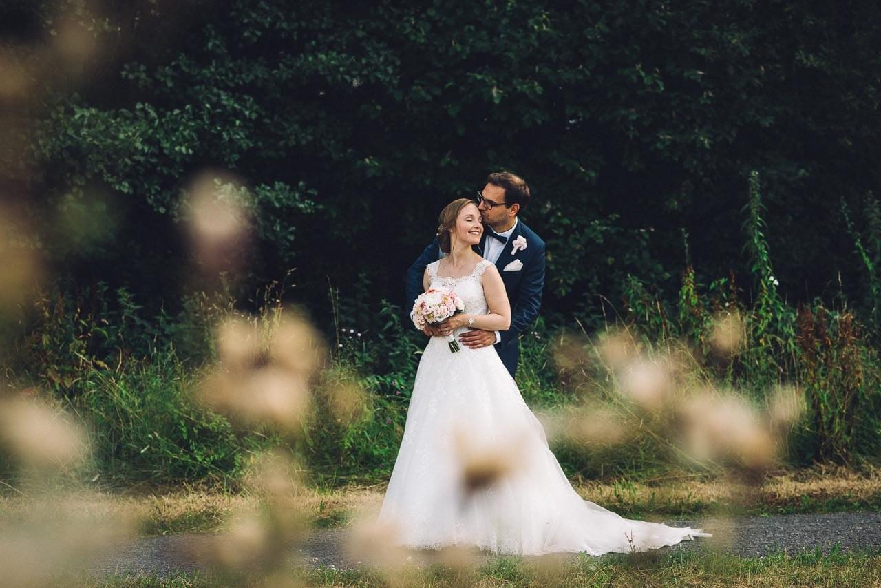 Portrait vom Brautpaar vor dem Wald.