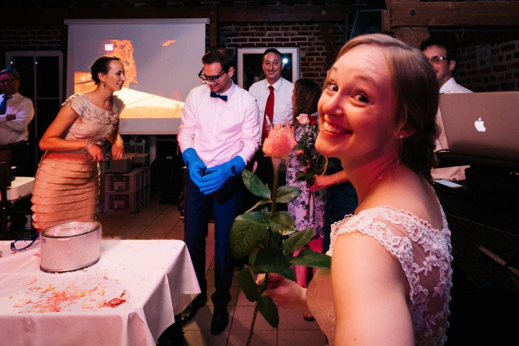 Eine glücklich guckende Braut.
