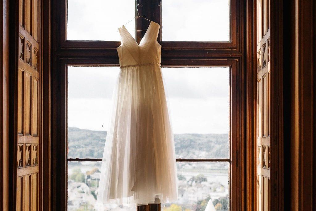 Das Hochzeitskleid hängt im Fenster von Schloss Arenfels