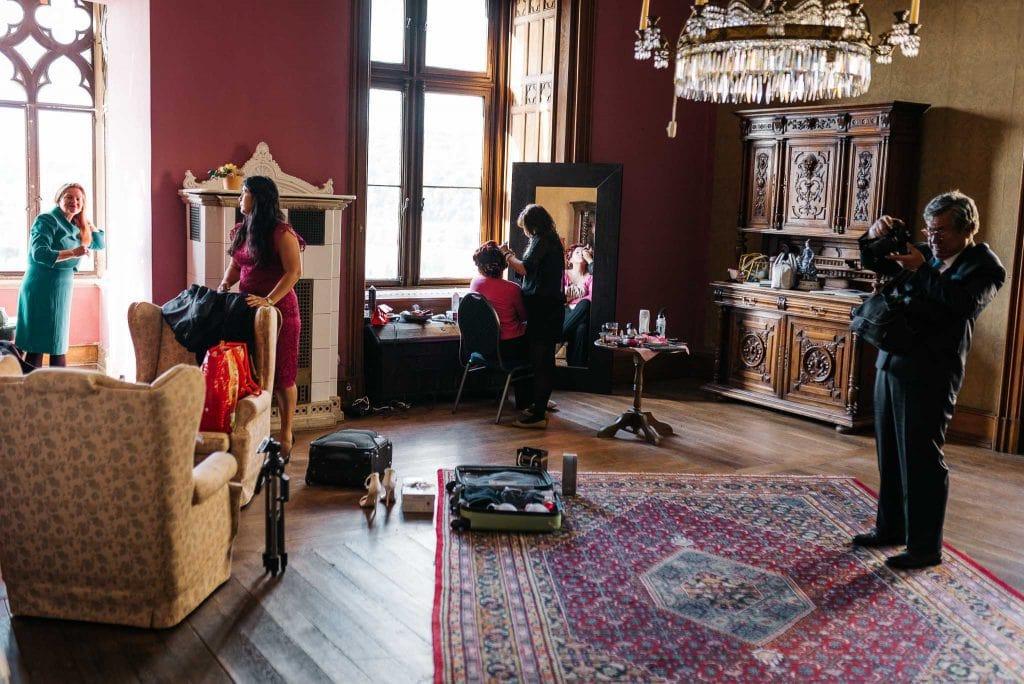 Getting Ready der Braut im Schloss.