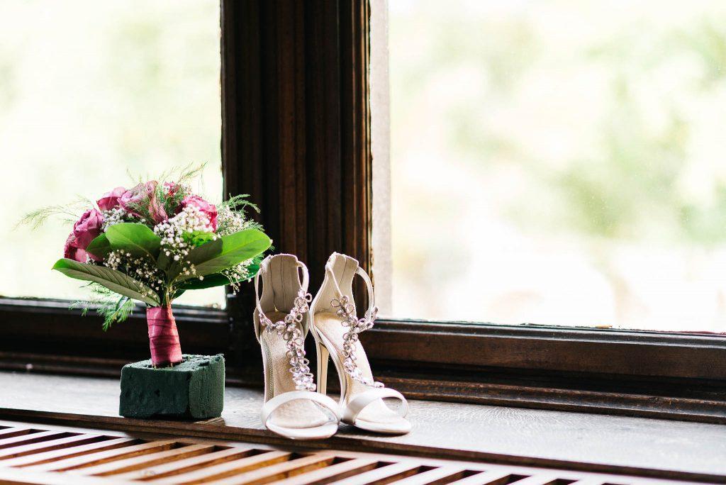 Accessoires der Braut am Fenster.