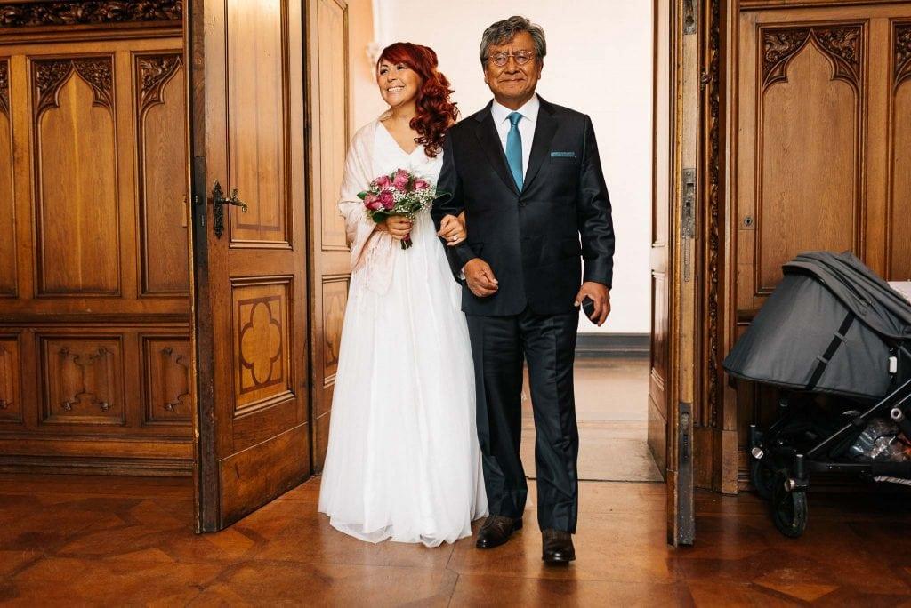 Der Brautvater führt die Braut herein.