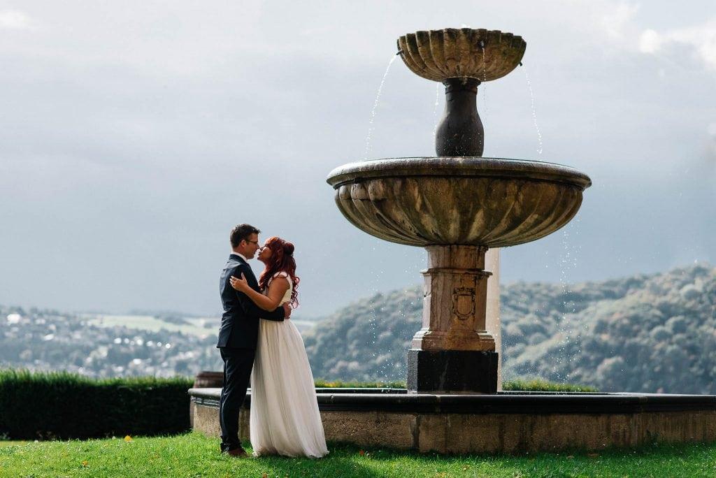 Das Brautpaar neben dem Springbrunnen.