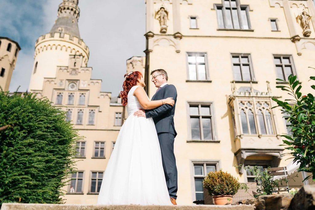 Das Brautpaar vor dem Schloss Arenfels.