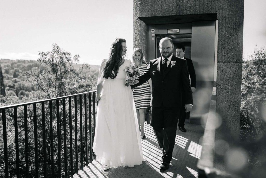 Das Brautpaar auf dem Weg zum Standesamt.
