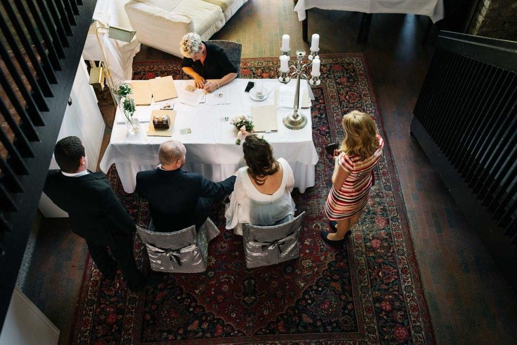 Das Brautpaar im Standesamt von oben.