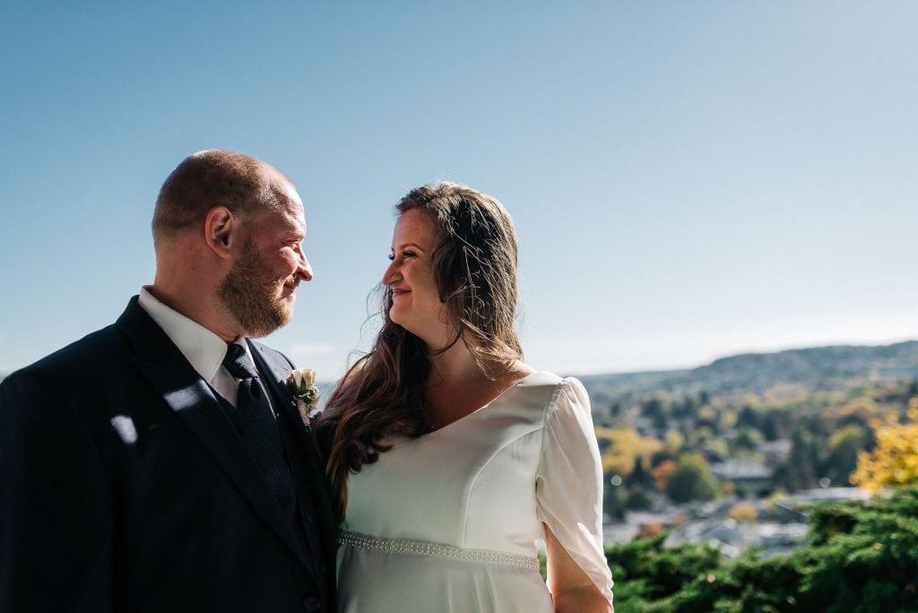 Das Brautpaar vor dem Siebengebirge.
